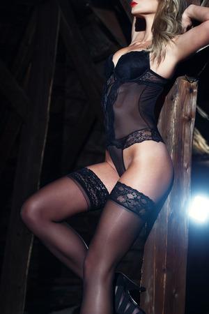 mujeres eroticas: Cuerpo de mujer sexy en ropa interior, modelo posando en el granero