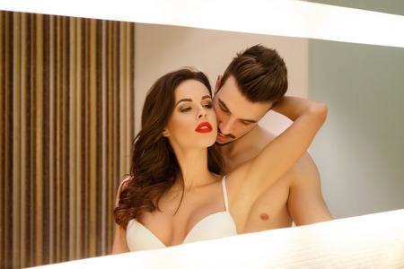 young couple sex: Страстный чувственный пара в зеркало, прелюдии и желания Фото со стока