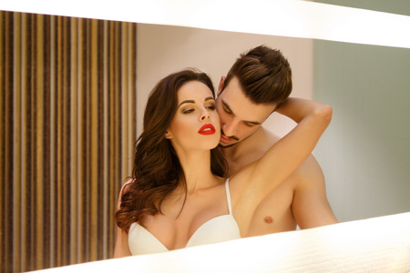 sexo pareja joven: Sensual pareja apasionada en espejo, los juegos previos y el deseo