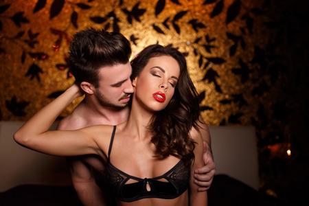 Сексуальные любителей в постели на ночь близко друг к другу, прелюдия