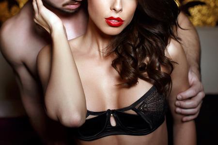 pareja desnuda: Mujer morena sensual en ropa interior con joven amante, pareja apasionada juegos previos Primer plano