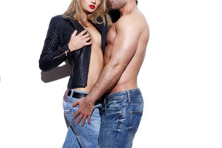 36768245-cuerpo-desnudo-joven-de-moda-atractiva-pareja-en-pared-blanca.jpg?ver=6