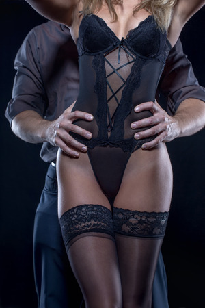 man and woman sex: Сексуальная пара позирует в ночное время, мужчина держит женщину в бедро, чувственность
