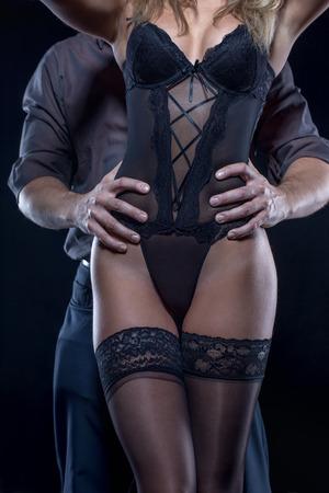 femme sexe: Sexy couple posant la nuit, l'homme tenant la femme à la hanche, de la sensualité Banque d'images