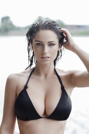 tetas: Mujer atractiva en bikini con el pelo mojado y grandes tetas en el verano