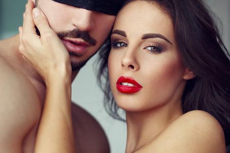 man and woman sex: Чувственная женщина играет с молодым мачо любовника, крупным планом