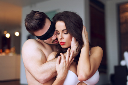 sexo pareja joven: Juego macho joven con sexy mujer en el hogar
