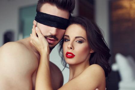 mujeres desnudas: Mujer atractiva que juega con el joven amante machista en casa