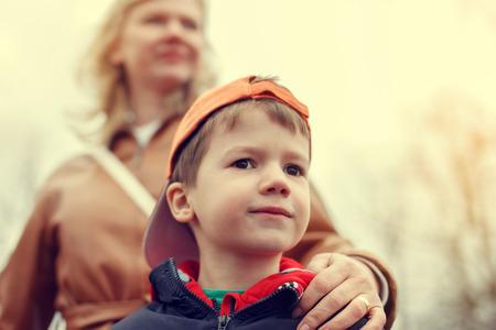 ビンテージ スタイルで、屋外のポートレートの小さな男の子の母親