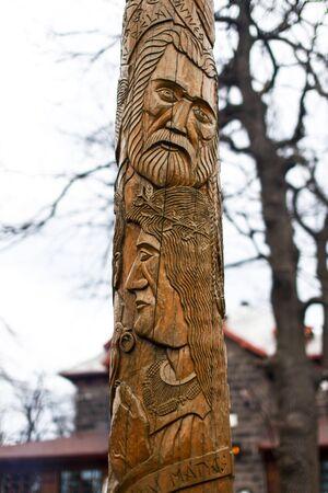 tallado en madera: Reyes húngaros en la talla de madera, Dobogoko, Hungría