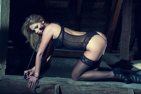 femme sexe: Sexy femme � genoux sur le bois dans la grange la nuit, sensuaity et bdsm