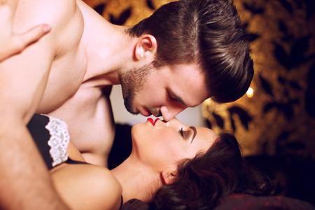 young sex: Страстные пары, поцелуи в постели в ночное время, прелюдии