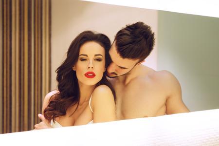 sex: Pareja apasionada posando en el espejo en el hotel, milf con joven amante Foto de archivo