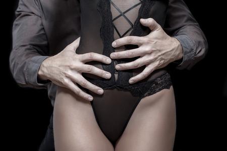 39266949-mand-manos-fuertes-que-sostienen-la-mujer-de-cadera-amantes-sensuales-en-la-oscuridad-de-cerca.jpg?ver=6