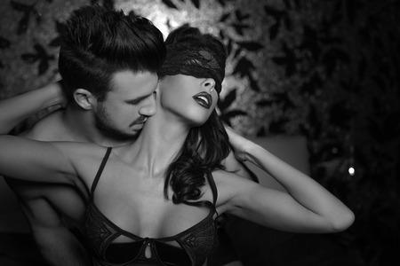schwarze frau nackt: Reizvolle spielerische Paar im Bett, Vorspiel, K�ssen Hals, schwarz und wei�
