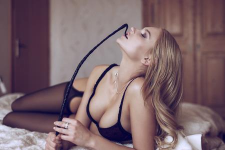 femme sexe: Femme blonde sexy en sous-vêtements morsure fouet, bdsm