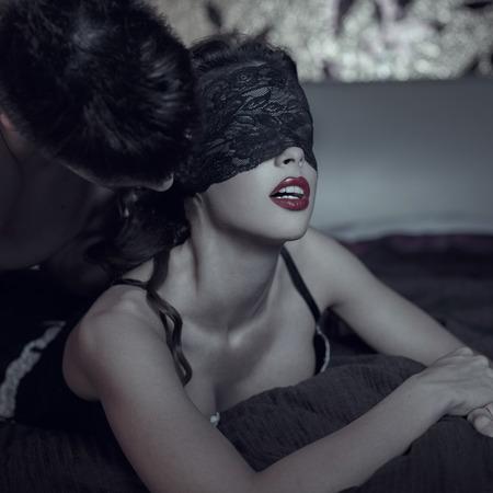 man and woman sex: Сексуальная прелюдия пара ночью, женщина в кружевной крышки глаза, бдсм Фото со стока