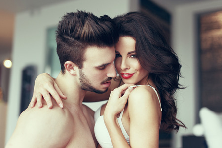 femme sexe: Sexy couple passionné les préliminaires à la maison avec de milf jeune amant