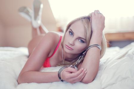 sex: Сексуальная женщина в наручниках, на кровати во время утренней БДСМ