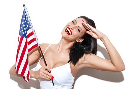independencia: Saludo Mujer atractiva con el día de la bandera de la independencia EE.UU.