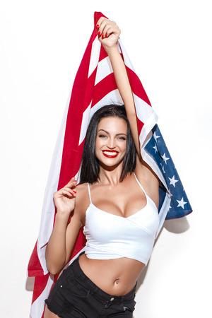 julio: Mujer morena sexy con EE.UU. bandera himno americano día de la independencia 04 de julio