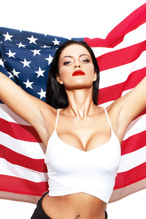 labios sexy: Mujer atractiva con la bandera de EE.UU. himno americano día de la independencia 04 de julio