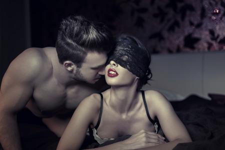 männer nackt: Reizvolle Paare in der Nacht im Bett, milf mit Spitze Augenabdeckung und jungen Liebhaber Lizenzfreie Bilder