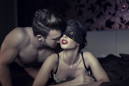 pareja desnuda: Sexy pareja en la noche en la cama, milf con la cubierta del ojo encajes y joven amante