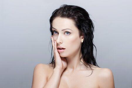 mojada: Mujer morena sexy con el pelo mojado sorprendió Foto de archivo
