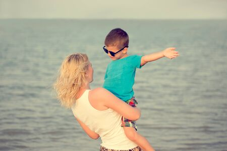 mamma e figlio: Happy little boy with mother at sea in vintage style Archivio Fotografico