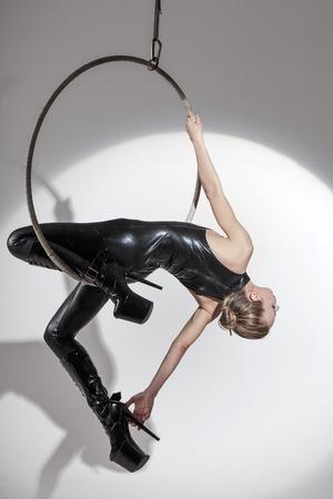 tänzerin: Sexy Tänzerin in Latex-Catsuit hängen an aerial Hoop