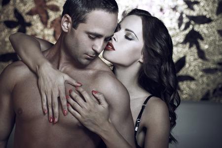 sexo pareja joven: Foreplay Pareja apasionada en la noche en la habitación de hotel de lujo
