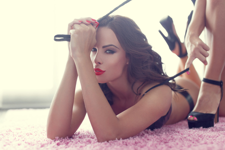 seks: Sexy lesbische vrouwen voorspel met zweep, bdsm Stockfoto