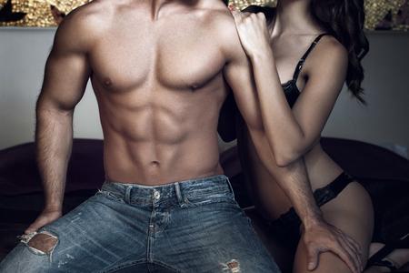 hombre desnudo: Mujer con cuerpo macho atractivo en la noche Foto de archivo