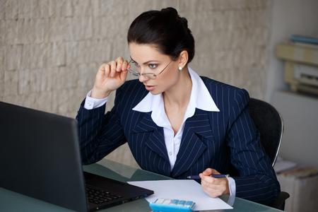 surprised: Leyes fiscales lectura contador sorprendidas en la oficina