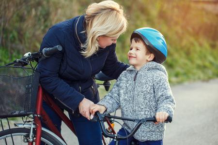 niños en bicicleta: Familia de madre e hijo en bicicleta