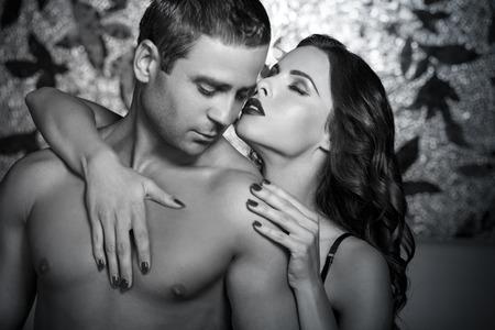 man and woman sex: Страстные пары прелюдия ночью, черный и белый, бдсм