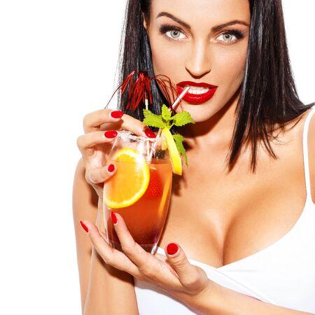 big boobs: Mujer morena beber sexo en la playa, aislado en blanco