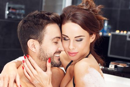 sexo pareja joven: Joven pareja disfrutando de la luna de miel juntos en el jacuzzi, momentos sensuales felices Foto de archivo