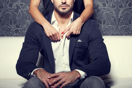 sexe de femme: Mains de femme d�shabiller chemise homme par derri�re, style vintage
