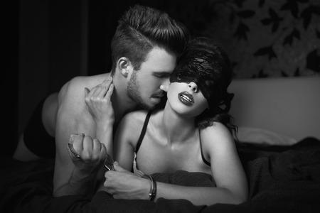 51078673-foreplay-pares-atractivos-en-el-dormitorio-por-la-noche-blanco-y-negro-bdsm.jpg?ver=6