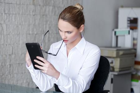 secretaries: Empresaria leer las malas noticias sobre la tableta en la oficina, tomar de gafas