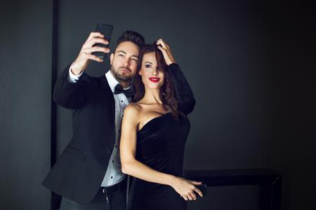 traje formal: Moda rica pareja de celebridades teniendo autofoto cubierta