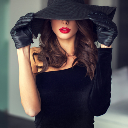 hat nude: Sexy brunette woman with red lips in hat indoor, sensuality