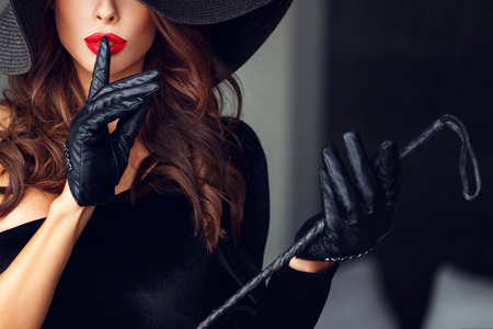 femme dominante sexy montrant pas parler, bdsm