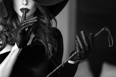 53725617-mujer-dominante-atractiva-en-el-sombrero-y-el-l%C3%A1tigo-que-no-muestran-charla-bdsm.jpg?ver=6