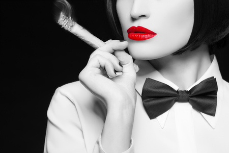 femme noire nue: Mafia femme avec cigare, lèvres rouges, coloration sélective