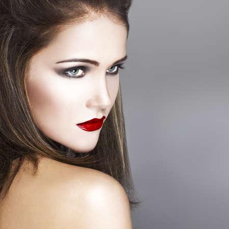 red lips: Mujer hermosa con los labios rojos mirar hacia otro lado