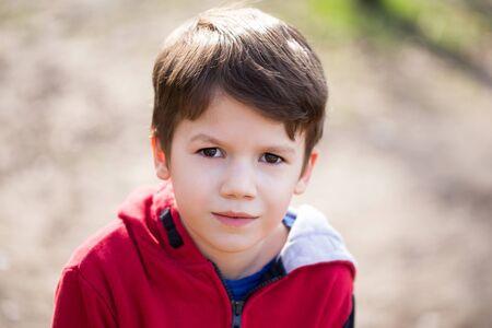 niños felices: El niño pequeño retrato al aire libre en el resorte Foto de archivo