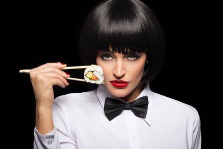 niña comiendo: Mujer que sostiene el sushi por los palillos retrato, labios rojos